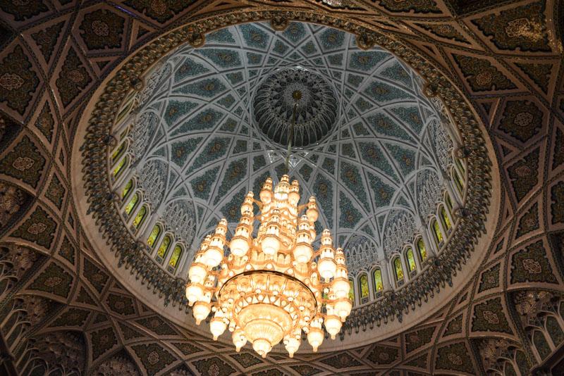 Maskat, Stopover, Muscat, Oman, Große Sultan-Qabus-Moschee, Gebetshalle, Kronleuchter, Decke, Swarovski-Kristalle, Reisebericht, www.wo-der-pfeffer-waechst.de