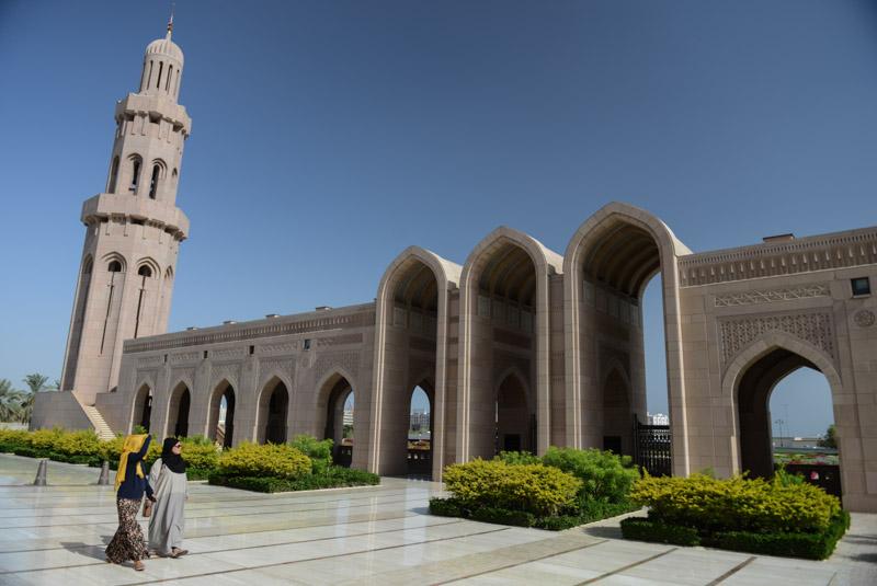 Maskat, Stopover, Muscat, Oman, Große Sultan-Qabus-Moschee, Minarett, Bogengang, Reisebericht, www.wo-der-pfeffer-waechst.de