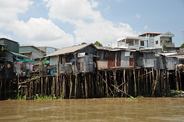 Vietnam, Mekong-Delta, schwimmende Märkte, floating market, Can Tho, Wellblechhütten, Slums, www.wo-der-pfeffer-waechst.de