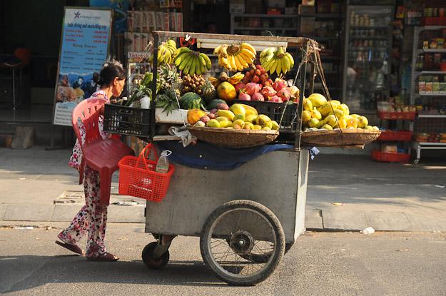 Vietnam, Nha Trang, Straßenszene, Obsthändlerin, www.wo-der-pfeffer-waechst.de