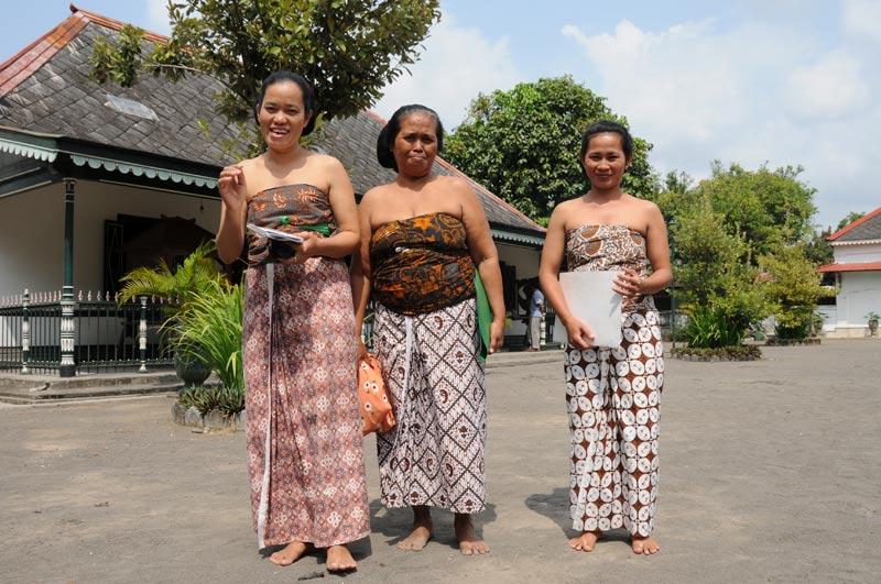 Yogyakarta, Java, Kraton, Palast, traditionelle Kleidung, Frauen, Indonesien, Reiseberichte, Foto: Heiko Meyer, www.wo-der-pfeffer-waechst.de