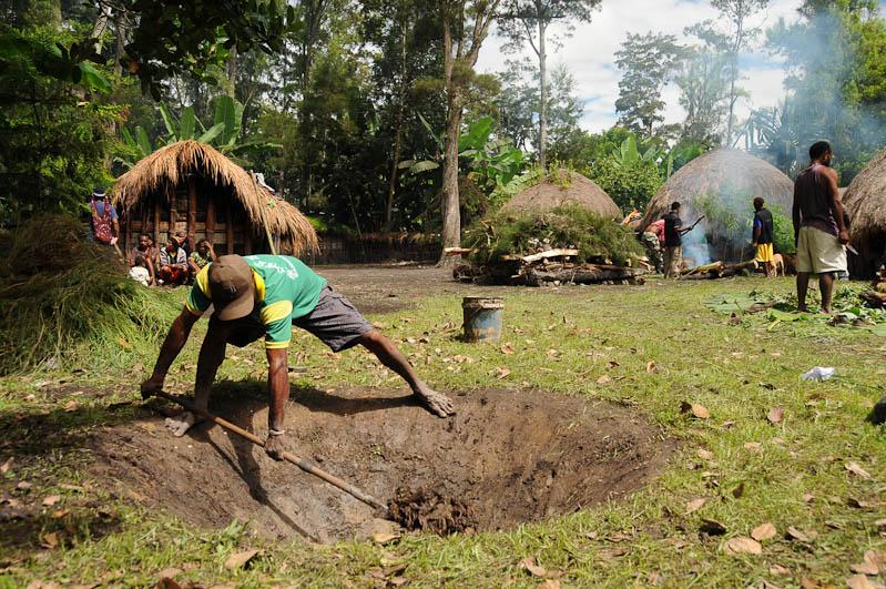 Indonesien, West-Papua, Baliem-Tal, valley, Wamena, Dani, tribe, Stammesdorf, Dorffest, Ostern, Erdloch, Erde, Kochen, earth cooking,, Reisebericht, www.wo-der-pfeffer-waechst.de