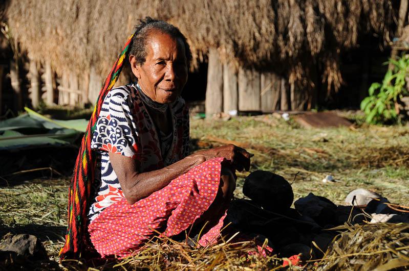 Indonesien, West-Papua, Baliem-Tal, valley, Wamena, Dani, tribe, Stammesdorf, Dorffest, Ostern, Frau genießt Sonne, Reisebericht, www.wo-der-pfeffer-waechst.de