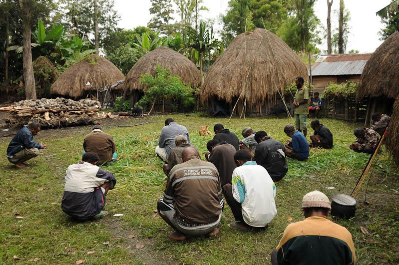 Indonesien, West-Papua, Baliem-Tal, valley, Wamena, Dani, tribe, Stammesdorf, Dorffest, Ostern, beten, prayer, Reisebericht, www.wo-der-pfeffer-waechst.de
