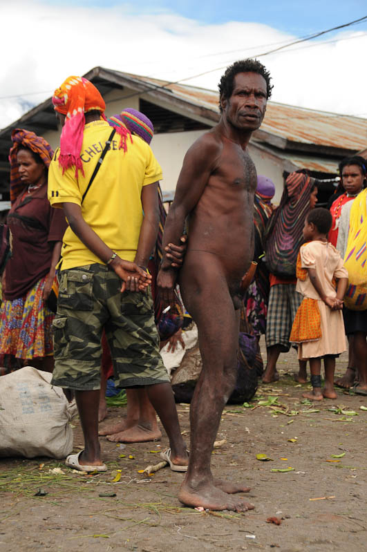 Indonesien, West-Papua, Baliem-Tal, valley, Wamena, Markt, Mann, Koteka, Penisrohr, Tabak, Reisebericht, www.wo-der-pfeffer-waechst.de