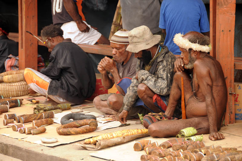 Indonesien, West-Papua, Baliem-Tal, valley, Wamena, Markt, Männer, Koteka, Penisrohr, Tabak, Reisebericht, www.wo-der-pfeffer-waechst.de