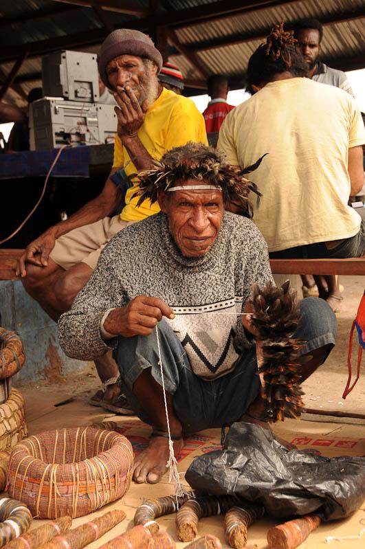 Indonesien, West-Papua, Baliem-Tal, valley, Wamena, Markt, Mann, Federschmuck, Penisrohr, Tabak, Reisebericht, www.wo-der-pfeffer-waechst.de