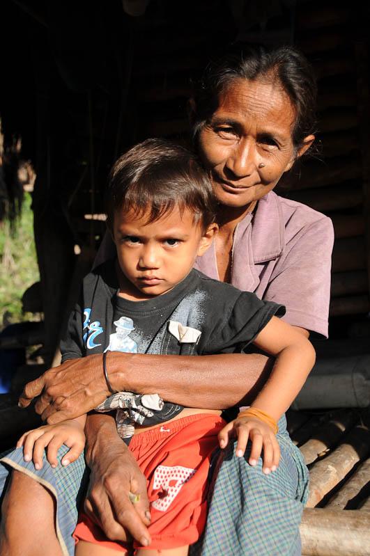 Sumba, Insel, Indonesien, traditionelle Dörfer, Dorf, traditional, village, Frau, Kind, Marapu, Religion, Reisebericht, www.wo-der-pfeffer-waechst.de
