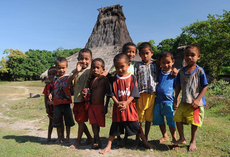 Sumba, Insel, Indonesien, traditionelle Dörfer, Dorf, Häuser, Kinder, Marapu, Religion, Reisebericht, www.wo-der-pfeffer-waechst.de