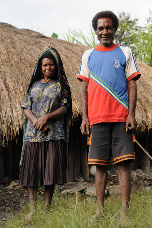 Indonesien, West-Papua, Wamena, Baliem-Tal, valley, Trekking, Stammesdorf, Mann, Frau, www.wo-der-pfeffer-waechst.de