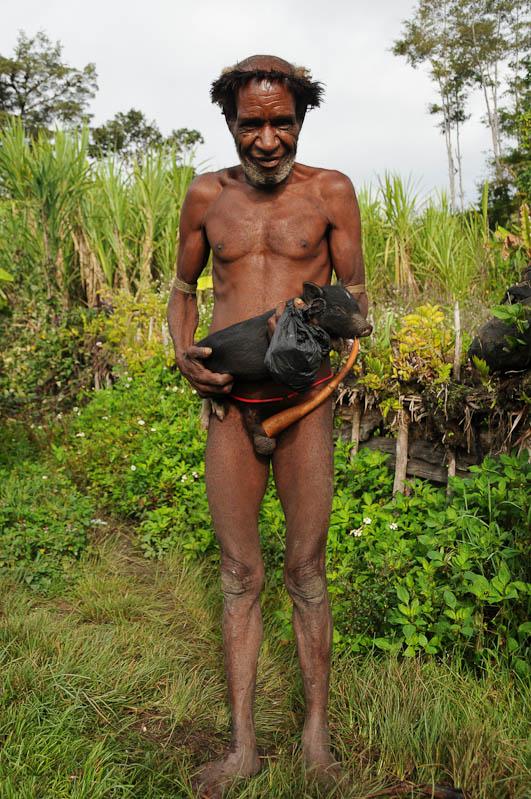 Indonesien, West-Papua, Wamena, Baliem-Tal, valley, Trekking, Stammesdorf, Mann, Nachbar, Penisrohr, Koteka, Schwein, www.wo-der-pfeffer-waechst.de