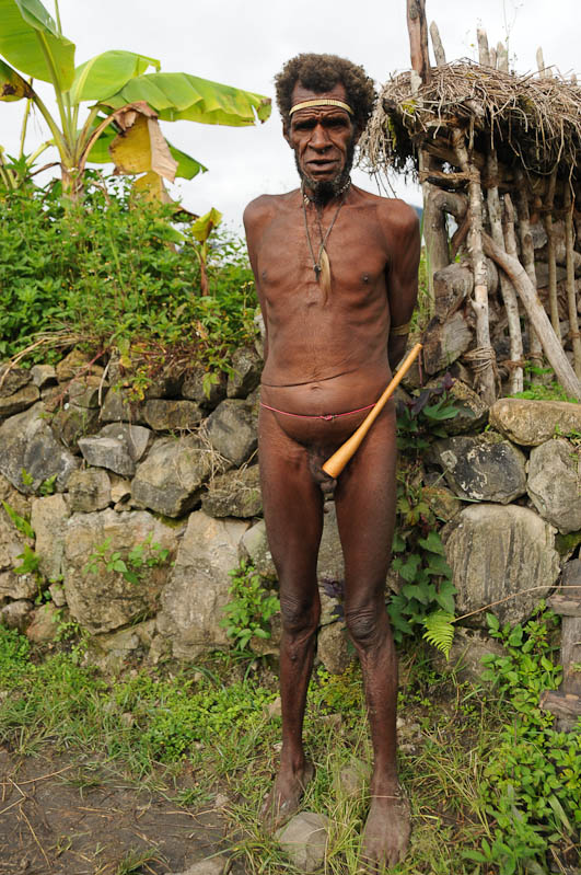 Indonesien, West-Papua, Wamena, Baliem-Tal, valley, Trekking, Stammesdorf, Mann, Nachbar, Penisrohr, Koteka, www.wo-der-pfeffer-waechst.de