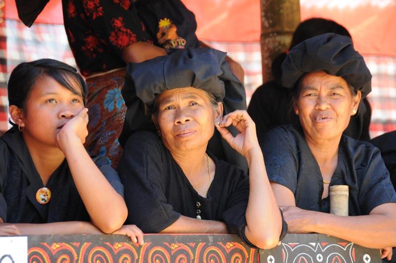 Frauen, Tana Toraja, Sulawesi, Island, Insel, Indonesien, Indonesia, Totenkult, Begräbniszeremonien, Reiseberichte, www.wo-der-pfeffer-waechst.de