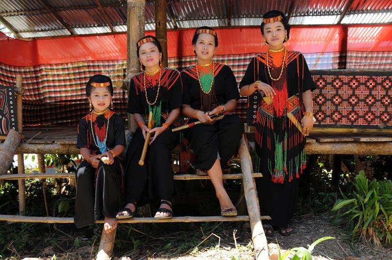 Frauen, traditionelle Kleidung, Tana Toraja, Sulawesi, Island, Insel, Indonesien, Indonesia, Totenkult, Begräbniszeremonien, Reiseberichte, www.wo-der-pfeffer-waechst.de