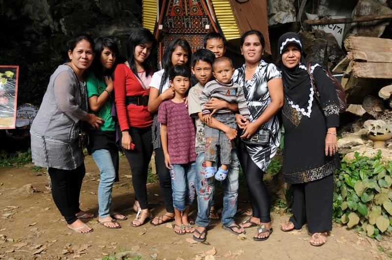 Indonesische Touristen, Begräbniszeremonie, Tana Toraja, Land, Sulawesi, Island, Insel, Indonesien, Indonesia, Totenkult, Reiseberichte, Foto: Heiko Meyer, www.wo-der-pfeffer-waechst.de