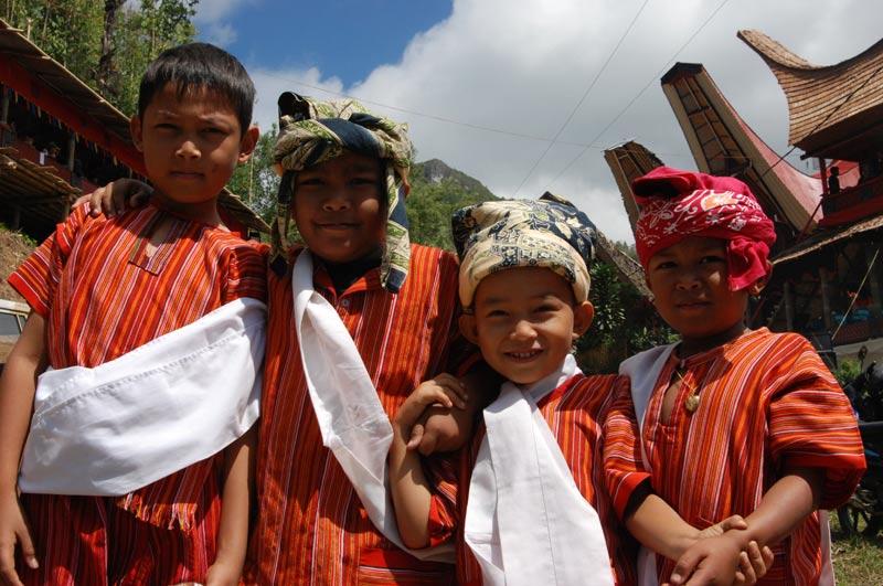 Kinder, Jungen, traditionelle Kleidung, Begräbniszeremonie, Tana Toraja, Sulawesi, Island, Insel, Indonesien, Indonesia, Totenkult, Reiseberichte, Foto: Heiko Meyer, www.wo-der-pfeffer-waechst.de