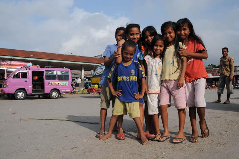 Indonesien, Sumba, Insel, Waikabubak, Gruppenbild, Kinder, Reisebericht, www.wo-der-pfeffer-waechst.de