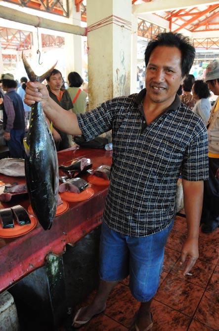 Tomohon, Markt, Mann, Fisch, Minahasa-Hochland, Nord-Sulawesi, Insel, Indonesien, Indonesia, Reiseberichte, Foto: Heiko Meyer, www.wo-der-pfeffer-waechst.de