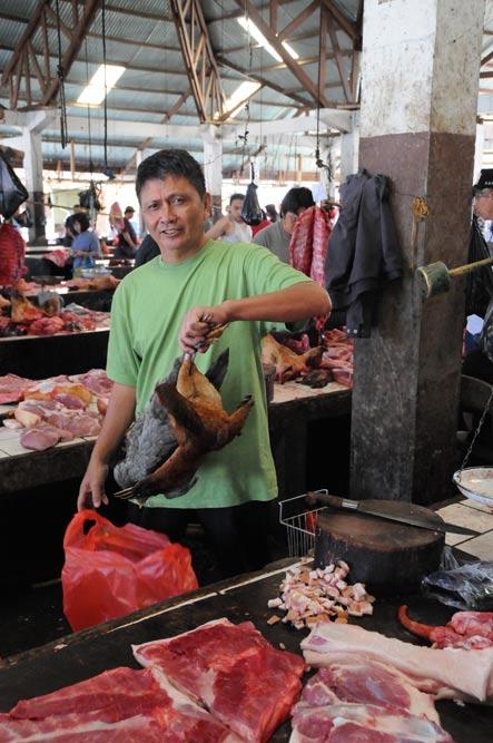 Tomohon, Markt, market, Minahasa-Hochland, Hühner, Geflügel, chicken, Mann, Indonesien, Indonesia, Nord-Sulawesi, Reiseberichte, Foto: Heiko Meyer, www.wo-der-pfeffer-waechst.de