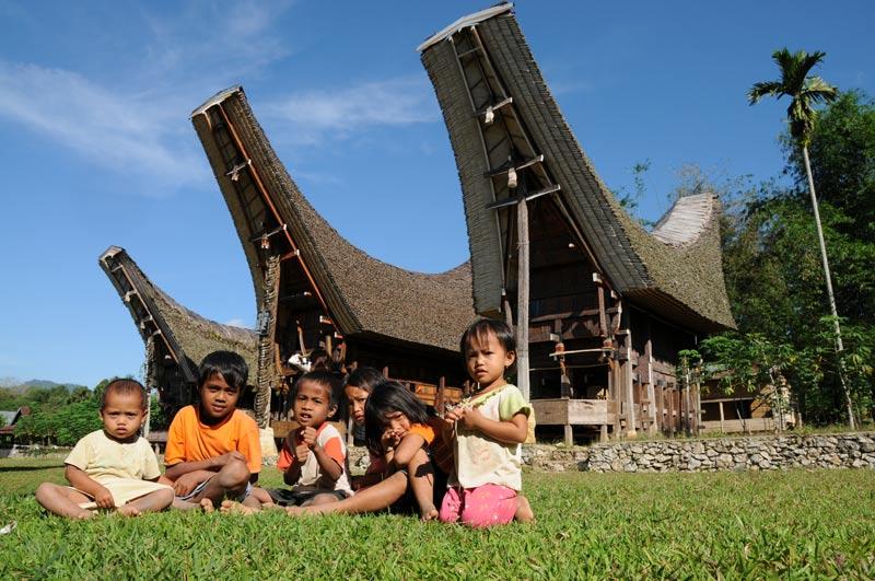 Tongkonan, Tana Toraja, Sulawesi, Island, Insel, Indonesien, Indonesia, Totenkult, Begräbniszeremonien, Reiseberichte, Kinder, Foto: Heiko Meyer, www.wo-der-pfeffer-waechst.de