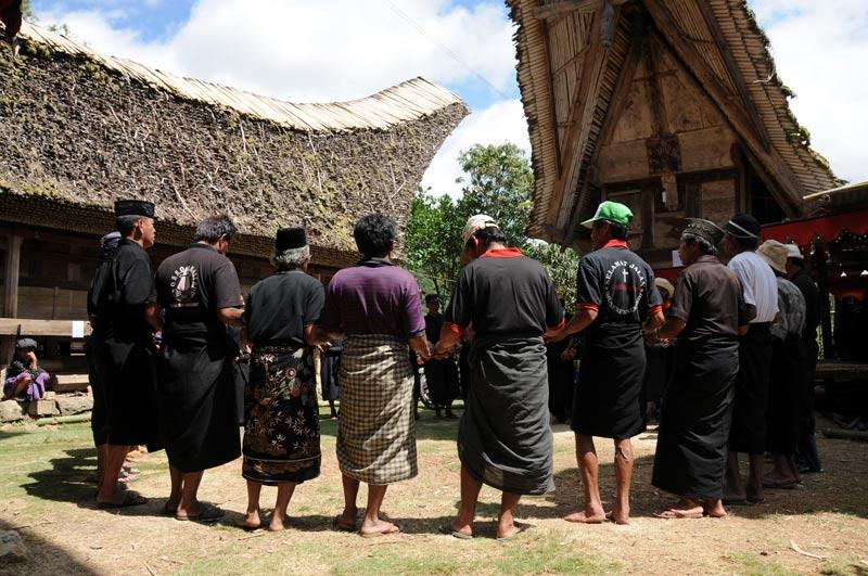 Traditioneller Tanz, Männer, Begräbniszeremonie, Tana Toraja, Sulawesi, Island, Insel, Indonesien, Indonesia, Totenkult, Reiseberichte, Foto: Heiko Meyer, www.wo-der-pfeffer-waechst.de