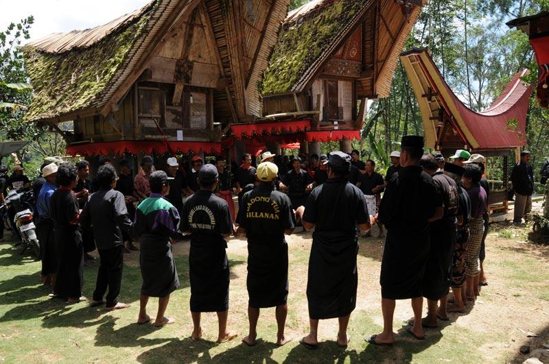 Traditioneller Tanz, Männer, Puya, Begräbniszeremonie, Tana Toraja, Sulawesi, Island, Insel, Indonesien, Indonesia, Totenkult, Reiseberichte, Foto: Heiko Meyer, www.wo-der-pfeffer-waechst.de