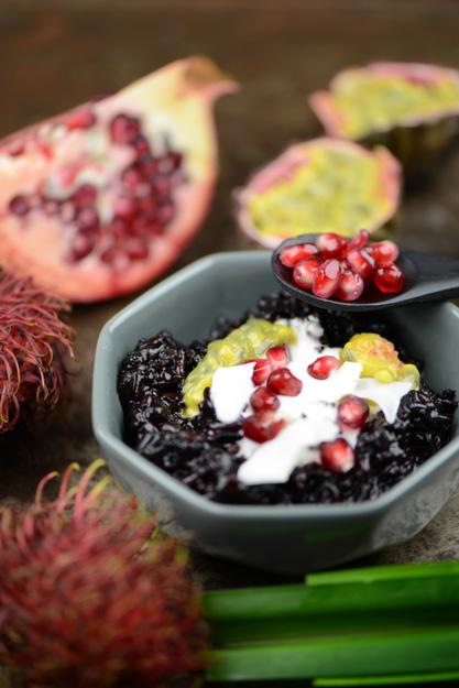 Bubur Ketan Hitam, schwarzer Klebreispudding mit Kokoscreme und Früchten, Indonesien, Kochen, indonesische, Rezepte, Süßspeisen, vegetarische, vegane, www.wo-der-pfeffer-waechst.de
