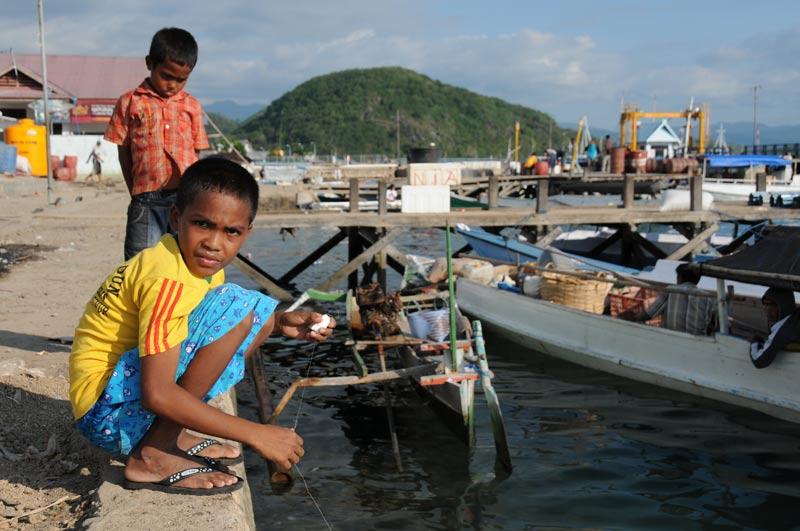 Indonesien, Indonesia, Labuan Bajo, Hafen, kleine Sunda, vorgelagerte Inseln, Pulau, West-Flores, Kinder, angeln, Reiseberichte, Foto: Heiko Meyer, www.wo-der-pfeffer-waechst.de