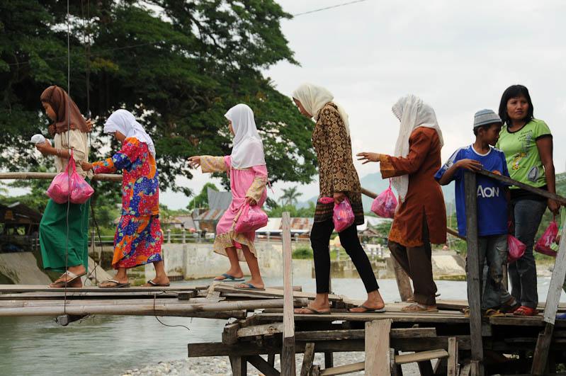Brücke, Bukit Lawang, Fluss, Gunung-Leuser-Nationalpark, Frauen, Nord-Sumatra, Indonesien, Indonesia, Reisebericht, www.wo-der-pfeffer-waechst.de
