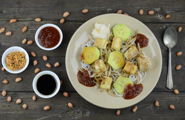 Ketoprak, Veganer Reisnudelsalat mit Tofu und Erdnusssoße, Indonesien, Indonesisches, Kochen, Rezepte, vegetarisches, Gerichte, Speisen, Essen, Zutaten, Küche, www.wo-der-pfeffer-waechst.de