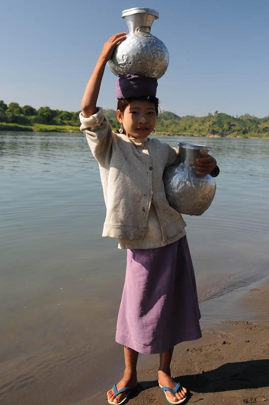 frau-wasserkrug-zinn-mrauk-u-chin-tribe-volk-taetowierte-spinnennetzfrauen-tattoo-rakhine-staat-state-division-tour-lemyo-river-fluss-myanmar-burma-birma-reisebericht.jpg