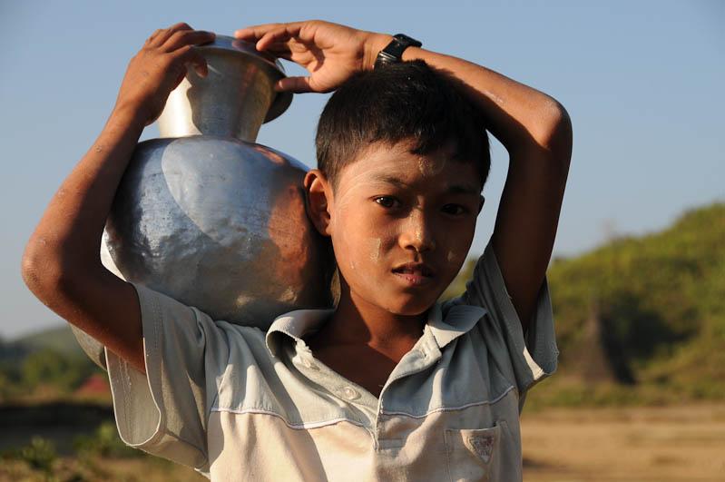Mrauk U, Tempel, Paya, Pagoden, Rakhine-Staat, State, Division, Locals, Zinnkrug, Brunnen, Wasser, Mädchen, Myanmar, Burma, Birma, Reisebericht, www.wo-der-pfeffer-waechst.de