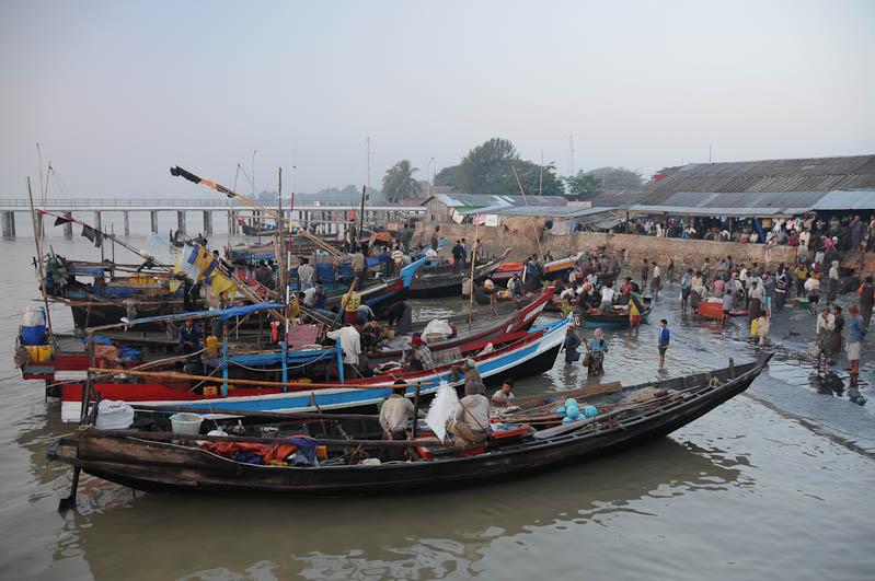 Sittwe, Fischmarkt, Fischerboote, Akyab, Rakhine-Staat, State, Division, Myanmar, Burma, Birma, Reisebericht, www.wo-der-pfeffer-waechst.de