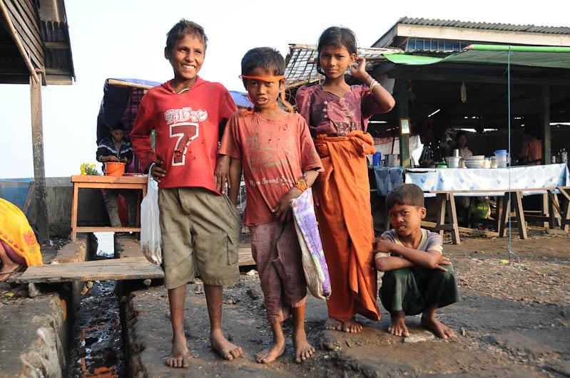 Sittwe, Fischmarkt, Kinder, Akyab, Rakhine-Staat, State, Division, Myanmar, Burma, Birma, Reisebericht, www.wo-der-pfeffer-waechst.de