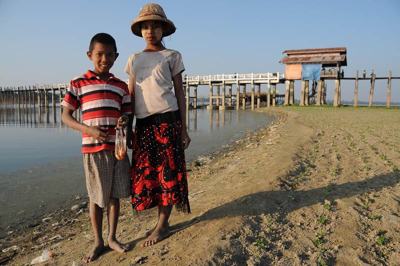 Amarapura, U Bein-Teakholzbrücke, bridge, Kinder, Mandalay, Myanmar, Burma, Birma, Reisebericht, www.wo-der-pfeffer-waechst.de