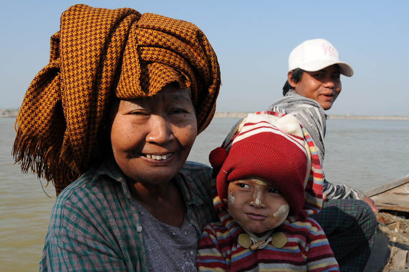 Familie, Mandalay, to, nach, Mingun, Fähren, ferry, Boote, boats, Irrawaddy-Fluss, river, Ayeryarwady, Myanmar, Burma, Birma, Reisebericht, www.wo-der-pfeffer-waechst.de