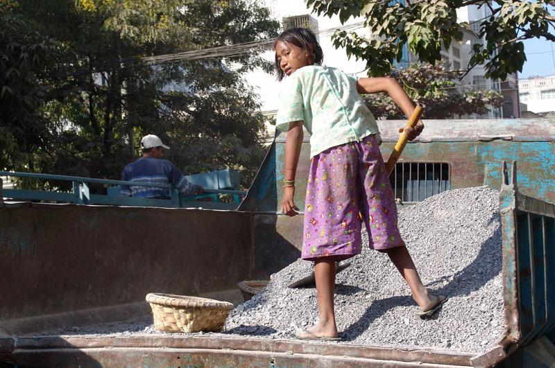 Kinderarbeit, Straßenbau, Jugendliche, Mädchen, Mandalay, Myanmar, Burma, Birma, Reisebericht, www.wo-der-pfeffer-waechst.de