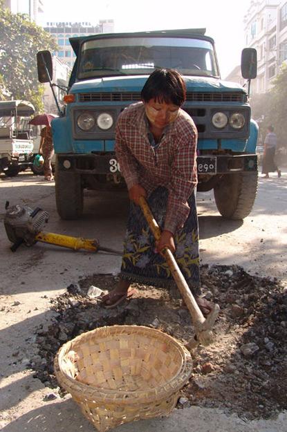 Kinderarbeit, Straßenbau, Jugendliche, Mandalay, Myanmar, Burma, Birma, Reisebericht, www.wo-der-pfeffer-waechst.de