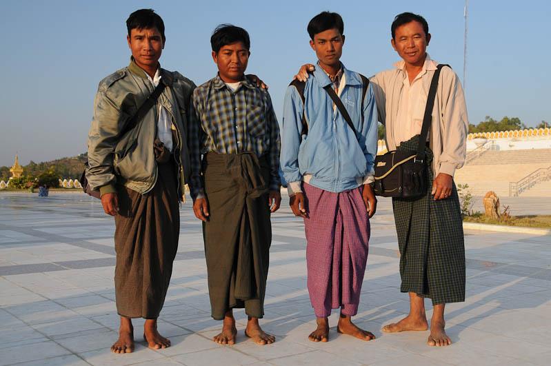 Monywa, Männer, Longyis, Wickelröcke, Myanmar, Burma, Birma, Reisebericht, www.wo-der-pfeffer-waechst.de