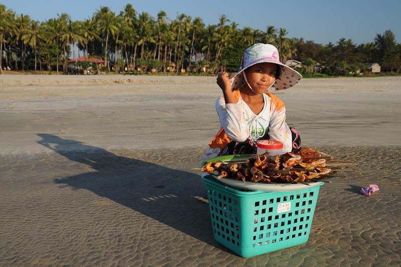 Ngwe Saung Beach, Strandverkäuferin, Snacks, Streetfood, Myanmar, Burma, Birma, Golf von Bengalen, Reisebericht, www.wo-der-pfeffer-waechst.de