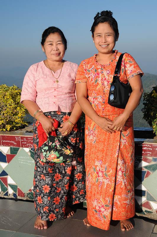 Besucherinnen, Golden Rock, Goldener Felsen von Kyaiktiyo, Kyaikhtiyo, Myanmar, Burma, Birma, Pilgerfahrt, Pagode, Pagoda, Tempel, Reisebericht, www.wo-der-peffer-waechst.de