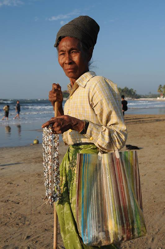 Chaung Tha Beach, Strand, Strandverkäuferin, Myanmar, Burma, Birma, Golf von Bengalen, Reisebericht, www.wo-der-pfeffer-waechst.de