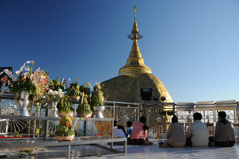 Golden Rock, Goldener Felsen von Kyaiktiyo, Kyaikhtiyo, Plattform, Frauen, Reliquie, Myanmar, Burma, Birma, Pilgerfahrt, Pagode, Pagoda, buddhhistischer Tempel, Reisebericht, www.wo-der-peffer-waechst.de