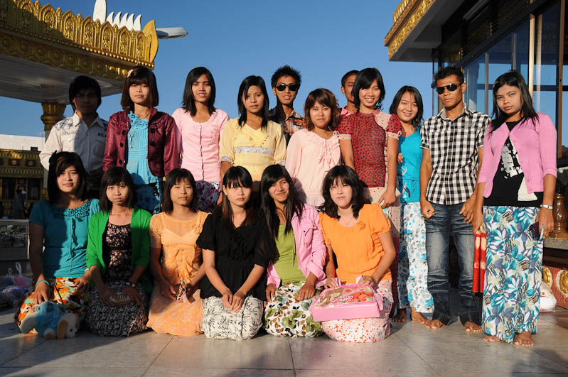 Gruppenbild, Golden Rock, Goldener Felsen von Kyaiktiyo, Kyaikhtiyo, Myanmar, Burma, Birma, Pilgerfahrt, Pagode, Pagoda, Tempel, Reisebericht, www.wo-der-peffer-waechst.de