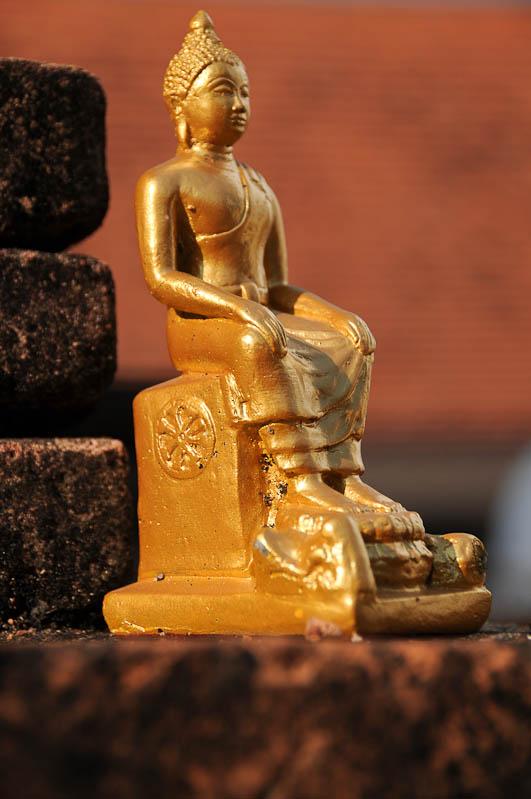 Chiang Mai, Nordthailand, Altstadt, Wat, buddhistischer Tempel, kleine Buddhastatue, Buddha-Statue, Reisetipps, Reisen mit Kindern, Babys, Kleinkindern, Elternzeit, Asien, Reiseberichte, Reiseblogger, www.wo-der-pfeffer-waechst.de