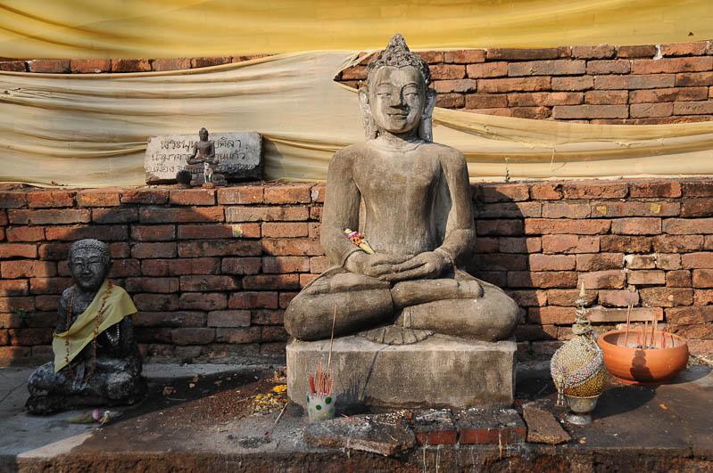 Lamphun, Wat Phrathat Haripunchai, Chiang Mai, Nordthailand, Buddhastatue, buddhistischer Tempel, Reisetipps, Reisen mit Kindern, Babys, Kleinkindern, Elternzeit, Asien, Reiseberichte, Reiseblogger, www.wo-der-pfeffer-waechst.de