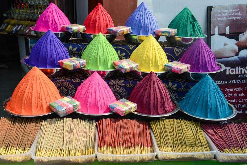 Räucherstäbchen, indische Farben, Souvenirs, Fort Kochi, Cochin, Südindien, Kerala, Reisetipps, Reisen mit Kindern, Rundreisen, Südasien, Reiseberichte, Reiseblogger, www.wo-der-pfeffer-waechst.de