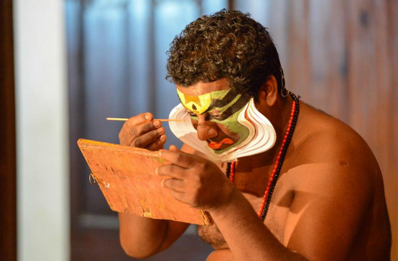 Kerala Kathakali Centre, Fort Kochi, Cochin, Südindien, Schminken, Kerala, Theater, theatre, traditional dance, music, Musik, Tanz, Reisetipps, Reisen mit Kindern, Rundreisen, Südasien, Reiseberichte, Reiseblogger, www.wo-der-pfeffer-waechst.de