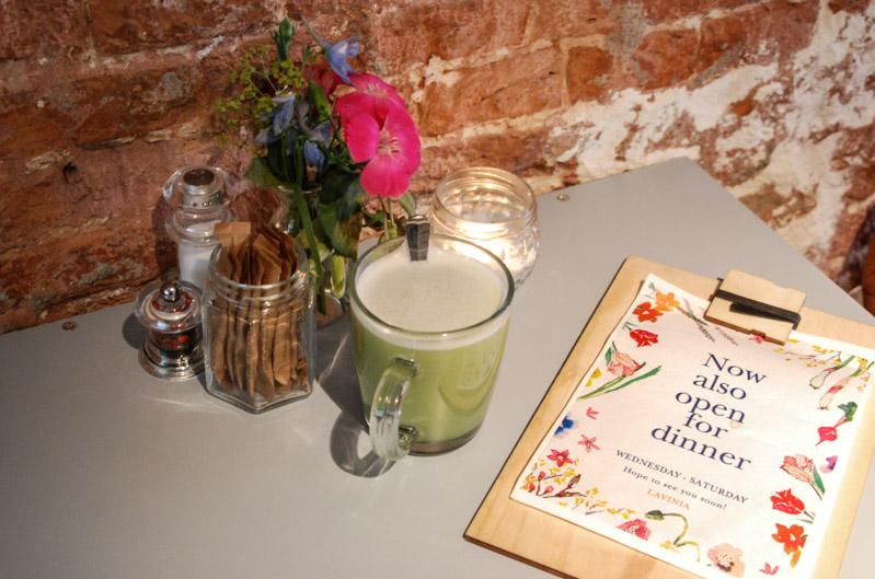 Lavinia, Café, Restaurant, Bar, Amsterdam, Matcha Green Tea Coconut Latte, Städtetrip, Essen, Trinken, vegetarisch, vegan, Stadtbummel, Urlaub, Niederlande, Holland, Reiseberichte, Blog, www.wo-der-pfeffer-waechst.de