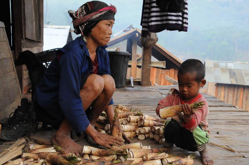 Laos, Nordlaos, Vieng Phouka, Vieng Phoukha, Trekkingtour, Bergvölker, Hill Tribes, Akha Trail, Akha, Stammesdorf, Bergdorf, village, Frau, Reisetipps, Rundreisen, Asien, Reiseberichte, Reiseblogger, www.wo-der-pfeffer-waechst.de